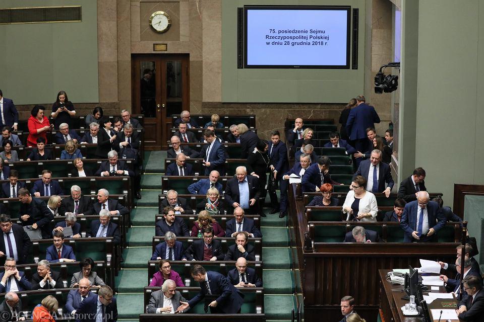 Posłowie podczas głosowania nad projektem ustawy przeciwdziałającej wzrostowi cen prądu. 75. posiedzenie Sejmu VIII Kadencji, Warszawa, 28 grudnia 2018