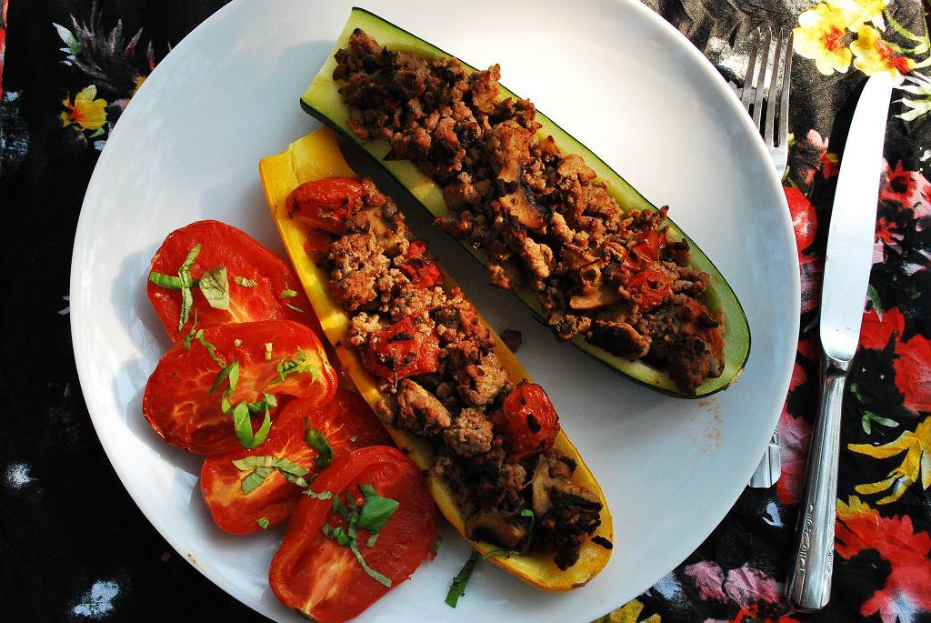 Łódeczki z cukinii faszerowane mięsem mielonym i pieczone pomidory