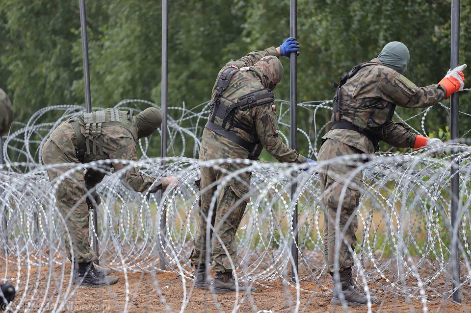 Granica polsko - białoruska, pomiędzy miejscowościami Krynki i Jurowlany w województwie podlaskim. Wojsko buduje płot, który ma mieć w sumie ok. 180-190 km (granica polsko-białoruska ma 418 km). W pierwszej kolejności powstanie na 150-kilometrowym odcinku, gdzie straż graniczna odnotowuje najwięcej prób nielegalnego przekroczenia granicy
