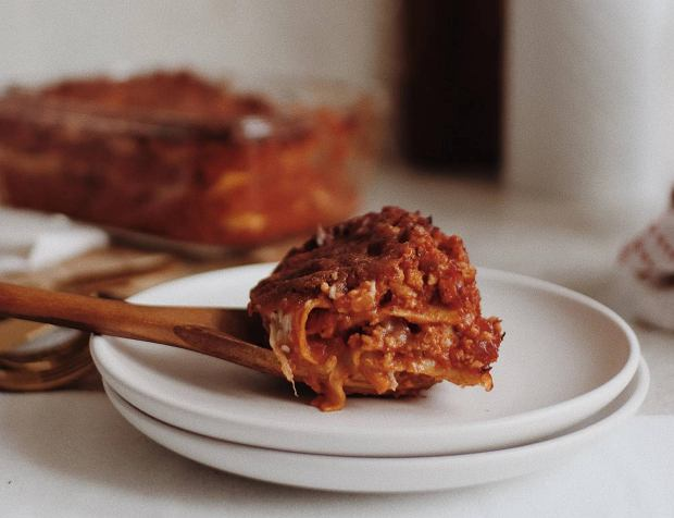 Lazania - przepisy na lasagne dla koneserów mięsa i wegetarian. Jak się za to zabrać? Wyjaśniamy