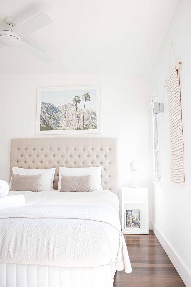 Jasne ściany i dodatki dają wrażenie przestronności. (zdjęcie ilustracyjne)