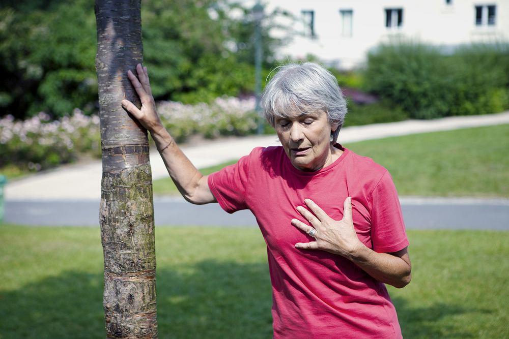 Ból w klatce piersiowej przy poruszaniu może być objawem różnych dolegliwości. Zdjęcie ilustracyjne