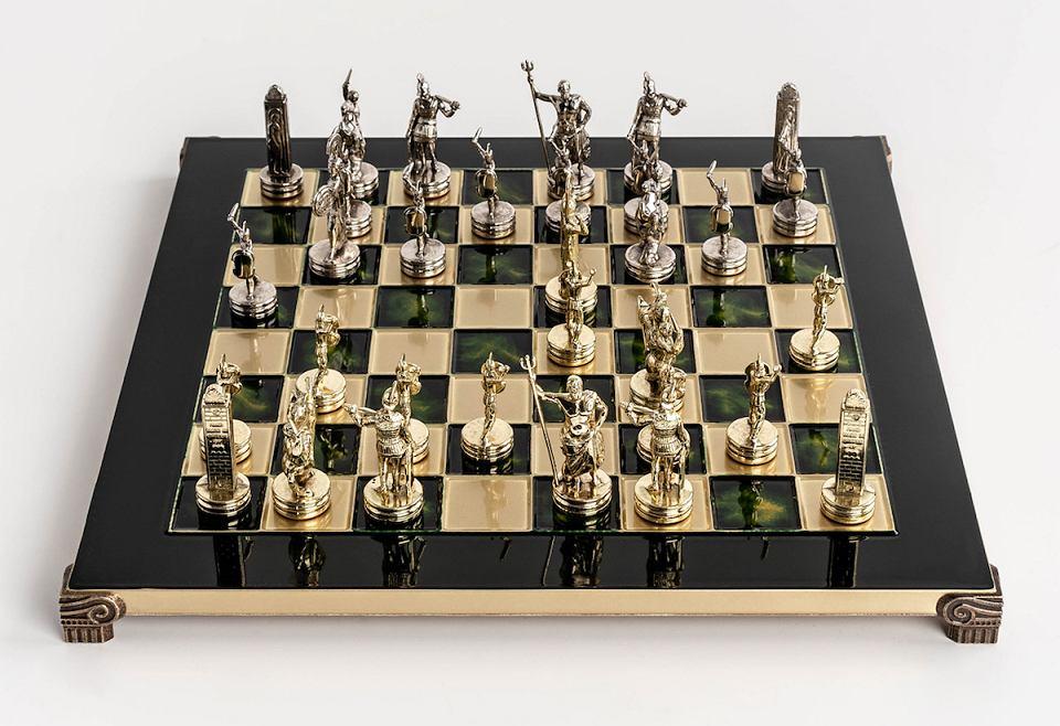 Mosiężne, ręcznie robione szachy to świetna gra świąteczna.