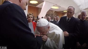 20.02.2019, Watykan, papież Franciszek całuje w rękę Marka Lisińskiego, ofiarę księdza pedofila.