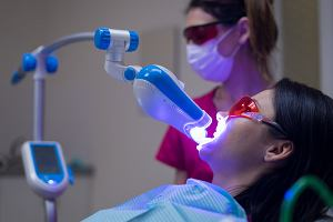Wybielanie zębów lampą: jakie daje efekty? Czy jest to metoda dla każdego?