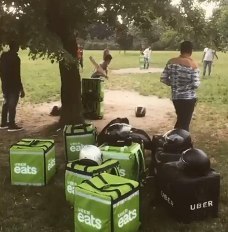 Dostawcy Uber Eats grają w krykieta na Polu Mokotowskim