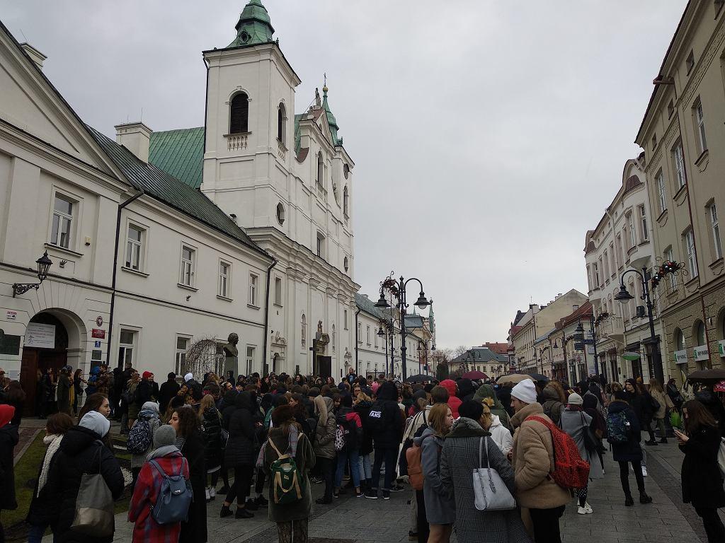 Afera biustonoszowa. Protest przed I LO w Rzeszowie