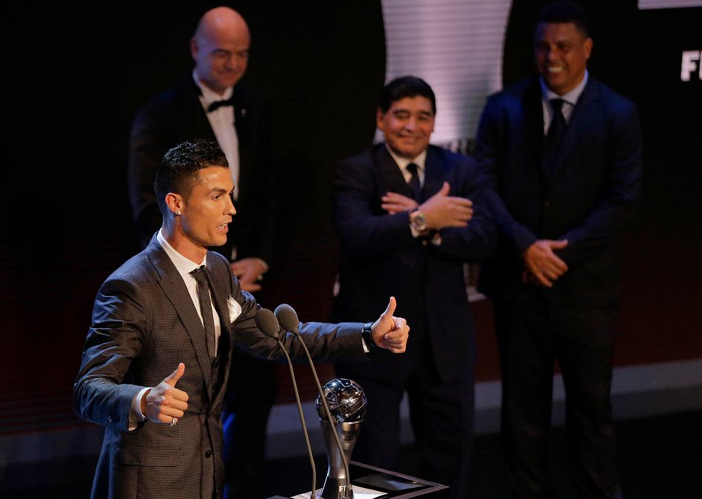 23 października w Londynie odbyła się gala FIFA The Best. Piłkarzem roku FIFA został Cristiano Ronaldo. Wśród nagrodzonych byli również m.in trener Realu Madryt Zinedine Zidane, czy bramkarz Juventusu Gianluigi Buffon. Robert Lewandowski nie znalazł się w jedenastce sezonu FIFPro. Na gali pojawiło się wiele gwiazd z partnerkami.