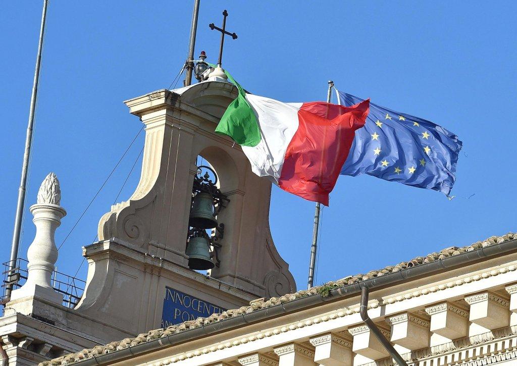 Flagi Włoch i Unii Europejskiej nad pałacem prezydenckim w Rzymie. Dzisiaj Włochy wybrały nowego prezydenta