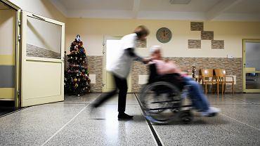 Mieszkańcy DPS-u to najczęściej to ludzie samotni, którzy nie radzili sobie z samodzielnym życiem (fot. Jakub Włodek / Agencja Gazeta)