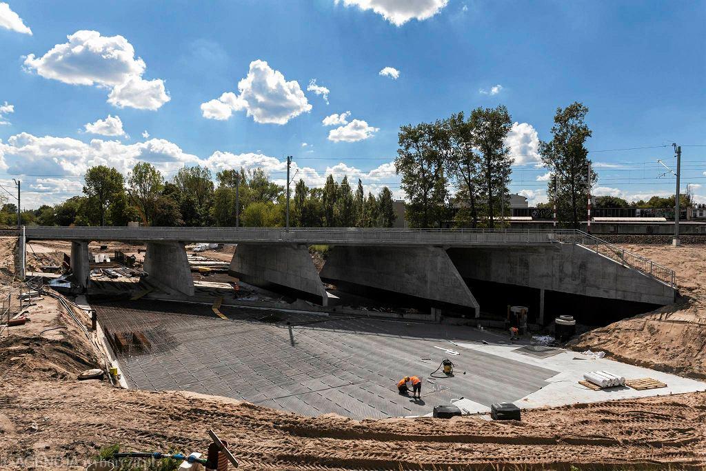 Tunel Trasy Świętokrzyskiej pod linią PKP Warszawa - Gdańsk wsunięty w czerwcu. Teraz powstaje dojazd do niego od strony ul. Zabranieckiej na Targówku Fabrycznym