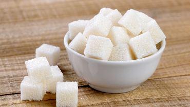 Przeciętnie spożywamy około 100 g cukrów dziennie. To czterokrotnie więcej, niż powinniśmy