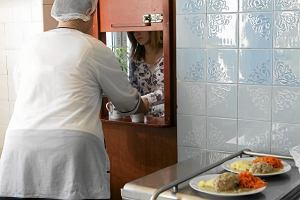 Posiłek w szkole i w domu - rząd ogłasza nowy program socjalny. Chce wydać ponad 2,7 mld zł