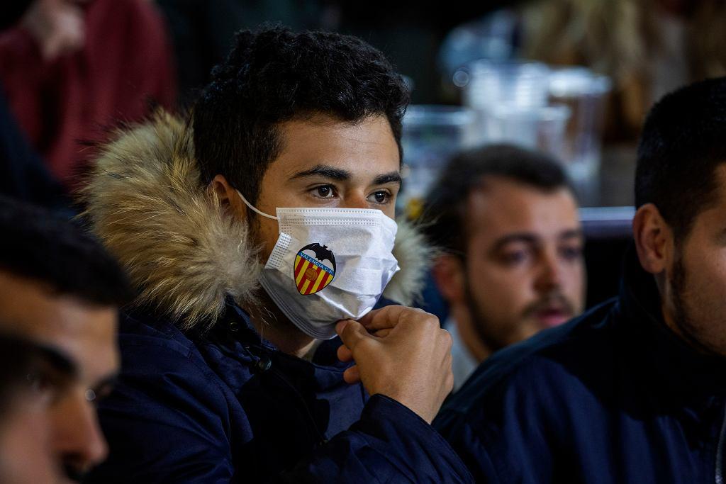 Koronawirus w Hiszpanii. Kibice w maskach - mecz Valencia - Atlanta oglądają w TV. Valencia, 10 marca 2020