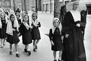 """Skradzione dzieci. Reżim Franco w Hiszpanii oddawał dzieci """"czerwonych"""" faszystowskim małżeństwom"""