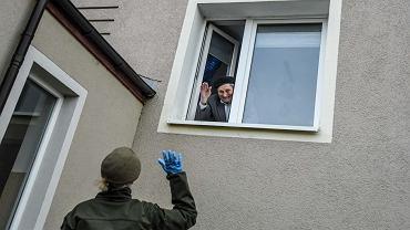 Żołnierze Wojsk Obrony Terytorialnej pomagają seniorom, którzy z powodu koronawirusa nie wychodzą z domów