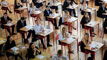 Pandemia koronawirusa. Próbna matura i egzamin ósmoklasisty odbędą sie przez internet... Na zdjęciu: matura w XXXII w Łodzi, 4 maja 2018