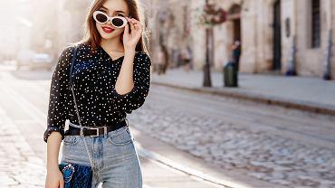 Kobieta w bluzce w kropki
