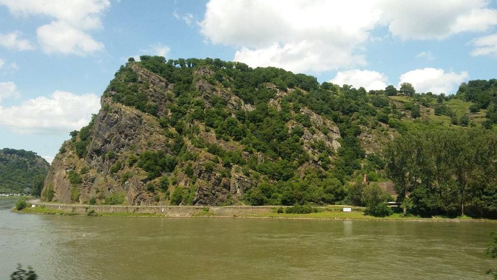 Nieopodal Sankt Goarshausena pociąg mija się skałę Loreley usytuowaną nad brzegiem Renu w jego najwęższym miejscu