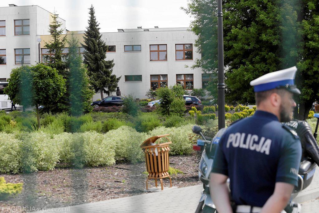 Służby na miejscu strzelaniny. Szkoła podstawowa nr 1 im. Władysława Łokietka w Brześciu Kujawskim, 27 maja 2019