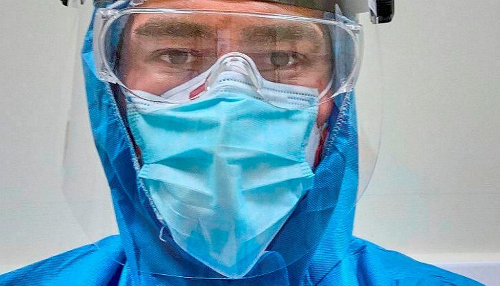 Łódzki lekarz, dr Tomasz Karauda, na oddziale covidowym walczył z pandemią. Teraz zachęca do szczepień. Hejt dotyka jego i jego bliskich