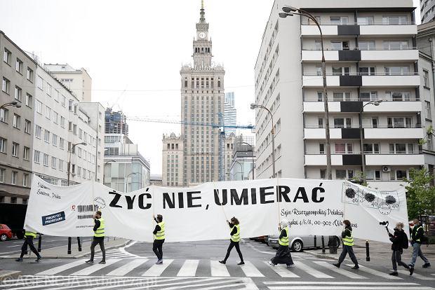 'List' przeciw nielegalnym wyborom - przemarsz z Poczty Głównej pod budynek Sejmu, gdzie w ramach protestu srodowisk artystycznych zostanie wykonana adaptacja happeningu Tadeusza Kantora 'List' z 1967 roku