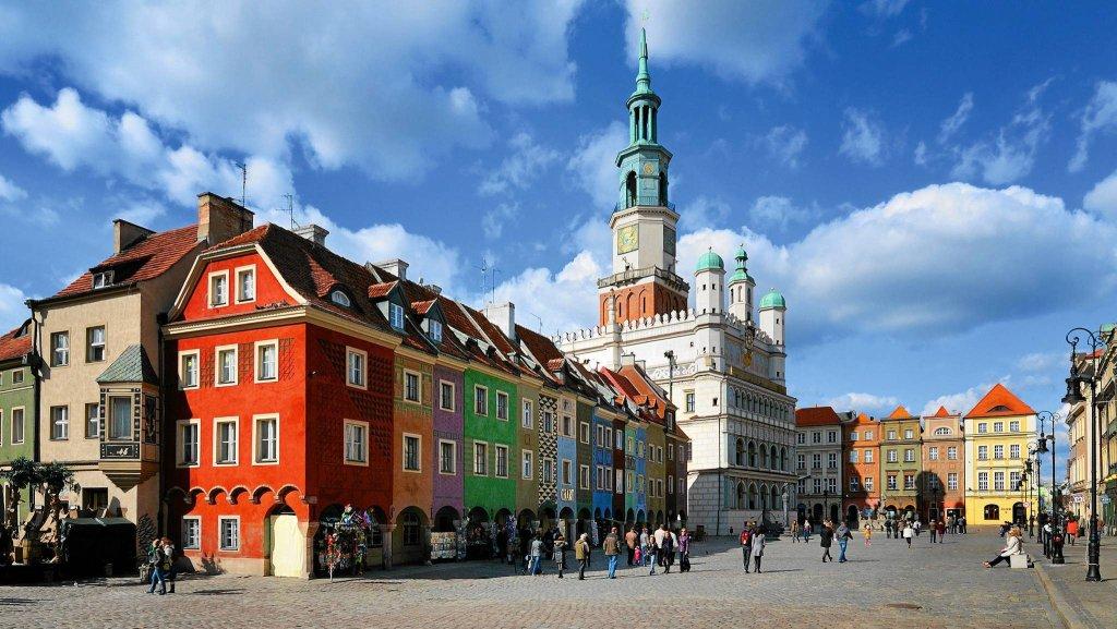 Największą atrakcją Starego Rynku są słynne koziołki z ratuszowej wieży.