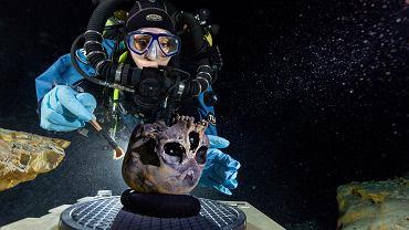 Nurkowie pracują na miejscu znalezienia szkieletu Nai. Na zdjęciu widać jej czaszkę