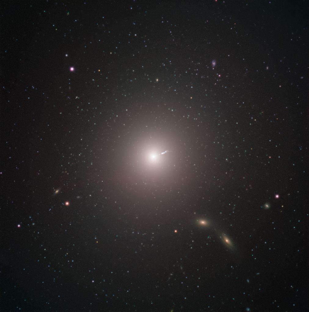 Galaktyka Messier 87 w obiektywie Very Large Telescope - na zdjęciu widoczny jest dżet wychodzący z pobliża czarnej dziury