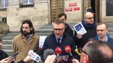 Protestujący przeciwko zmianie nazwy Placu Szewczyka