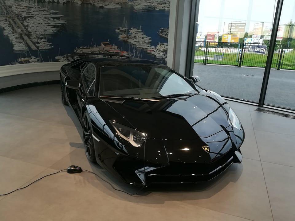Supersamochód Lamborghini w salonie B&W Partners w Straszynie