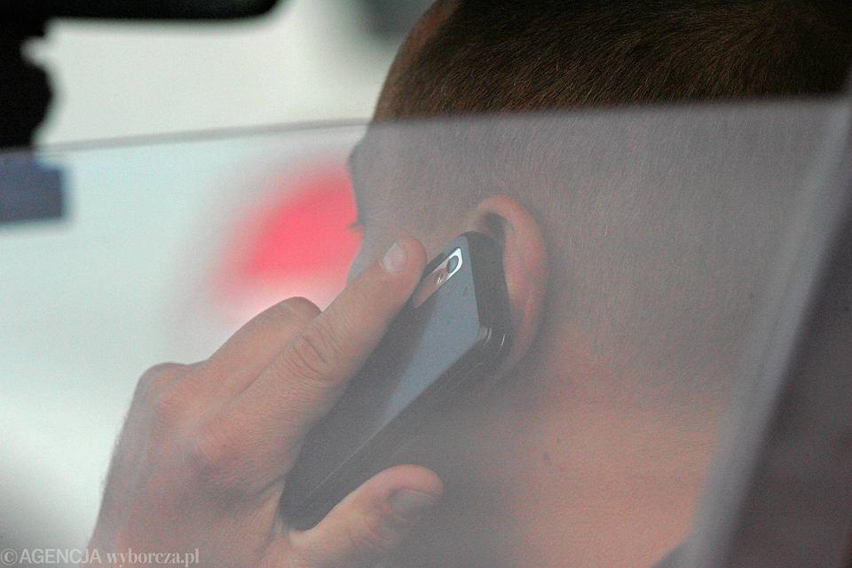 godzinami rozmawia przez telefon