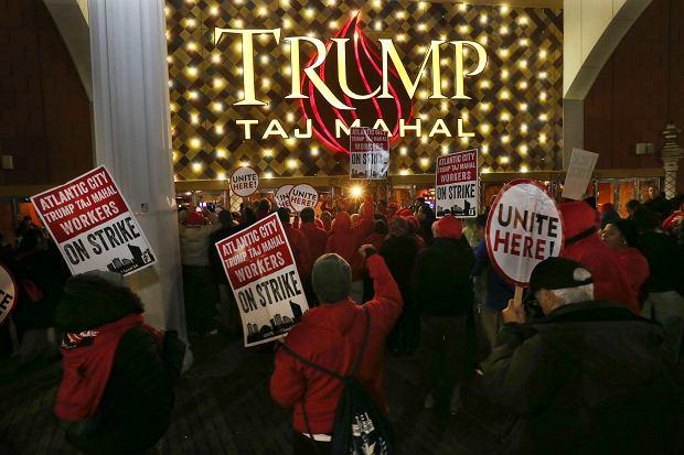 Protestujący pracownicy przed wejściem do Trump Taj Mahal