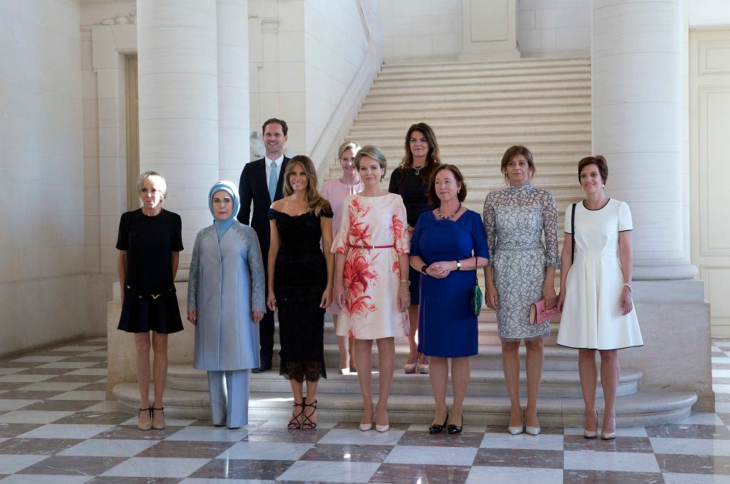 Partnerzy niektórych uczestników szczytu NATO: od lewej Brigitte Trogneux, Emine Erdogan, Gauthier Destenay, Melania Trump, Mojca Stropnik, królowa Belgii Matylda, Thora Margret Baldvinsdottir, Ingrid Schulerud-Stoltenberg, Desislava Radeva, Amelie Derbaudrenghien