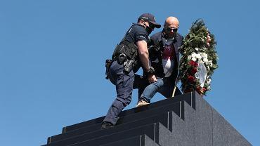 Trzech policjantów na szczycie pomnika smoleńskiego. Wdrapali się po mężczyznę z wieńcem