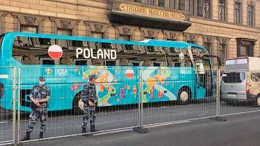 Autobus reprezentacji Polski pod hotelem w Petersburgu