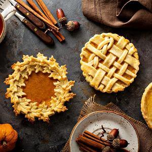 Słodką tartę dyniową możemy uatrakcyjnić, robiąc dekorację z kruchego ciasta