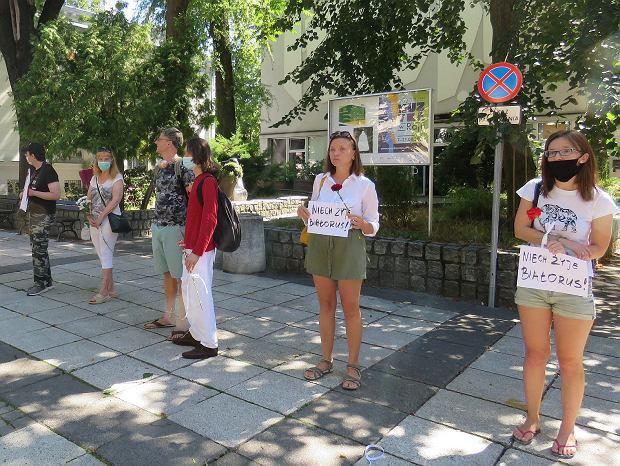Anastazja (pierwsza od prawej) i Julia (druga) Pod galerią BWA, Zielona Góra, 16 sierpnia 2020. Pokojowa demonstracja poparcia dla wolnej Białorusi