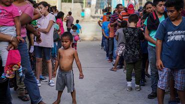 Meksykańska gwardia zatrzymuje migrantów przed granicą z USA, muszą czekać na rozpatrzenie wniosków o azyl. Okolice granicznego mostu w Matamoros, Meksyk, 30 sierpnia 2019 r.