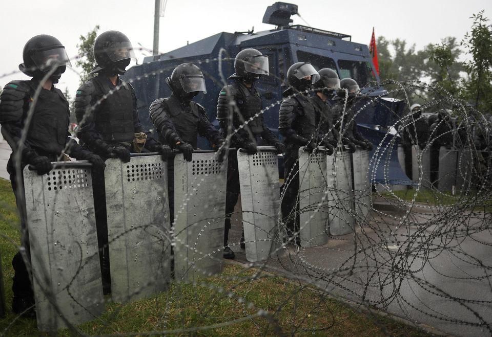 OMON coraz bardziej brutalny . Na ulicach białoruskich miast znowu biją. W Mińsku i Grodnie OMON zaatakował protestujących, ucierpiało conajmniej kilkoro uczestników protestu. Potyczki odbyły się także w Witebsku.