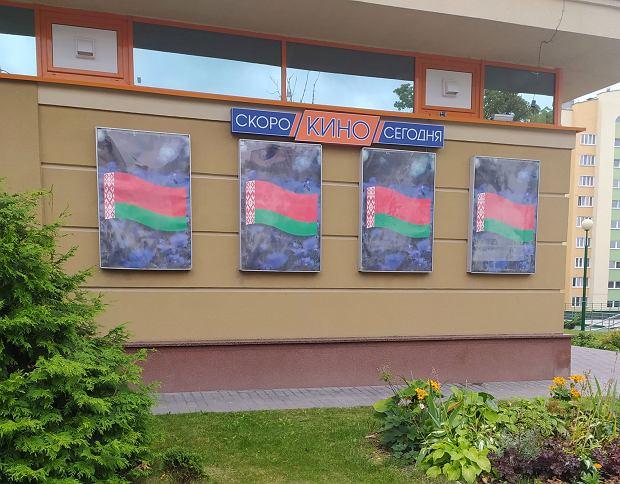 Zamiast plakatów filmowych wiszą rządowe barwy Białorusi