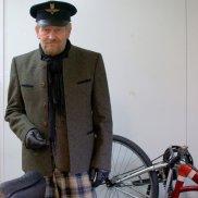 Vslv's World: jak nie zmarznąć na rowerze, vislav, rowery, Krótka bawarska marynarko-kurtka ma dobre właściwości termoizolacyjne, nie boi się deszczu i co ważne przy szybszej jeździe rowerem - jest tkaniną w wysokim stopniu oddychającą