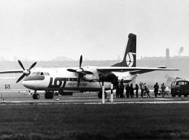 An-24 na zachodnioberlińskim lotnisku Tempelhof, porwany 22 listopada 1982 r. przez funkcjonariusza ZOMO, który miał chronić samolot przed porwaniem. Zaraz po wylądowaniu drugi z będących na pokładzie zomowców zaczął strzelać do kolegi uciekającego po płycie lotniska