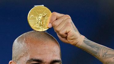 Dani Alves ze złotym medalem zdobytym w turnieju piłki nożnej mężczyzn