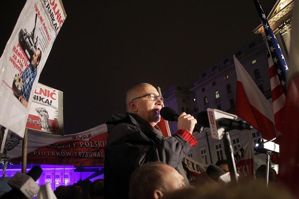 Joachim Brudziński w czasie manifestacji prorządowej  'Gazety Polskiej' pod pałacem prezydenckim