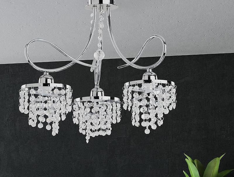 Lampa metalowa z ozdobnymi kryształami.
