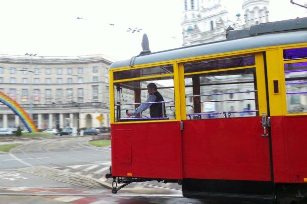 Zabytkowy tramwaj jeżdżący po ulicach Warszawy, pl. Zbawiciela