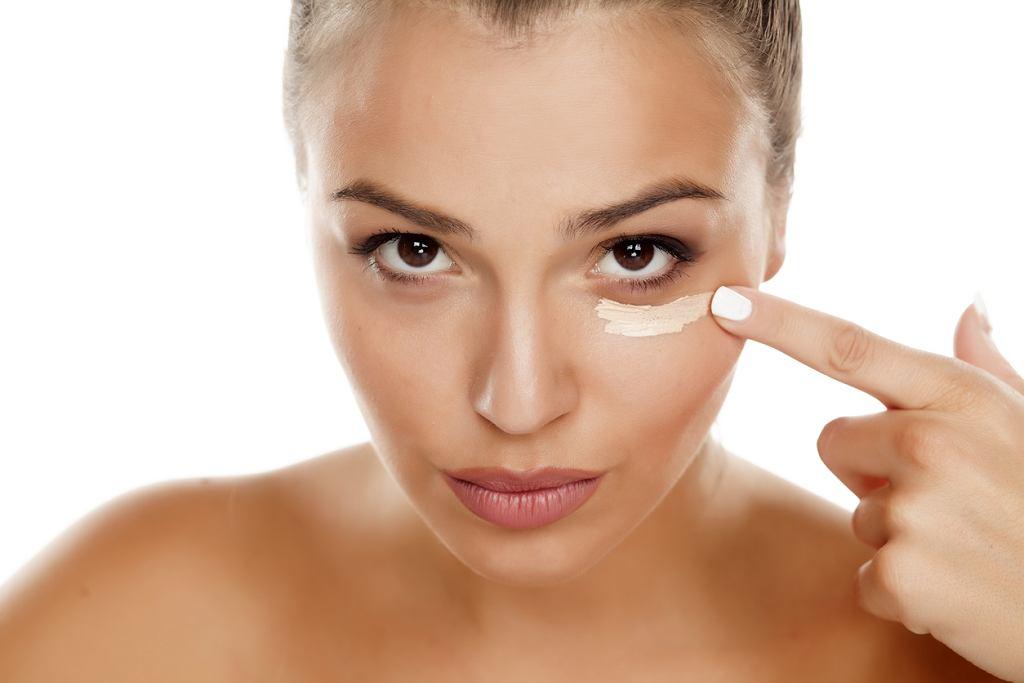 Uzupełnienie makijażu - korektor pod oczy