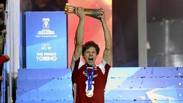 Wrzesień 2018 r. Jakub Kochanowski podczas dekoracji po wygranym meczu z Brazylią o mistrzostwo świata