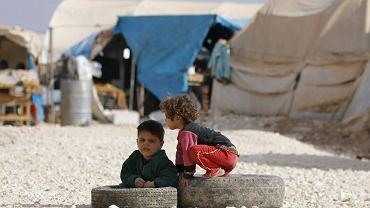 Koordynatorka operacji humanitarnych ONZ wezwała RB ONZ do podjęcia działań w celu zmuszenia walczących, aby umożliwili dostarczenie pomocy dla potrzebujących. Na zdjęciu: Dzieci bawią się na w obozie dla uchodźców Bab Al-Salam w mieście Azaz w pobliżu granicy syryjsko-tureckiej
